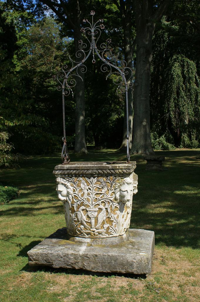 Нестандартное решение колодца в виде вазы с применением металлических изделий и бетона