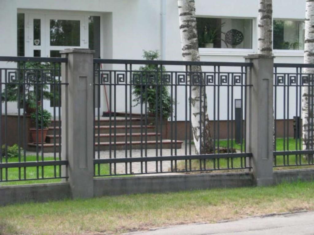 забор железный с бетонными стойками