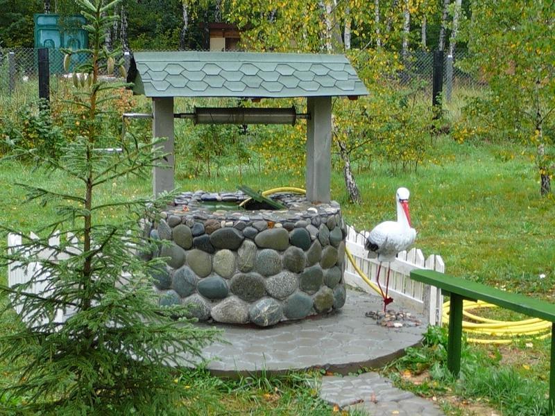 оформление декоративного колодца при помощи плоского камня