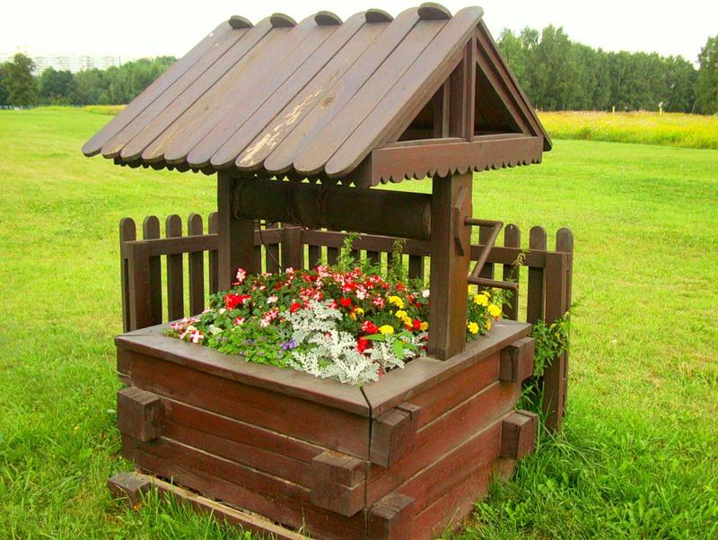 тоже не плохой вариант колодца с клумбой для вашей дачи или сада