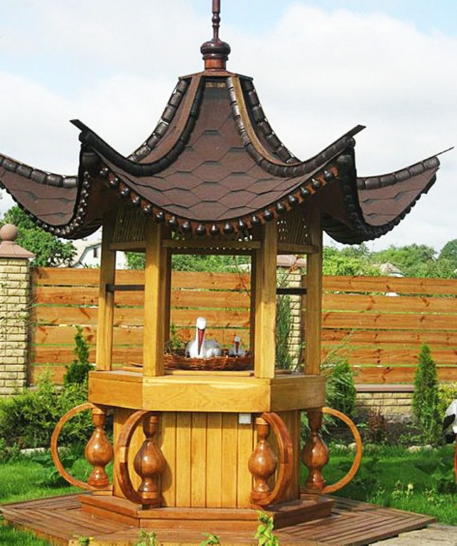 большой декоративный колодец выполненный по восточно японскому стилю