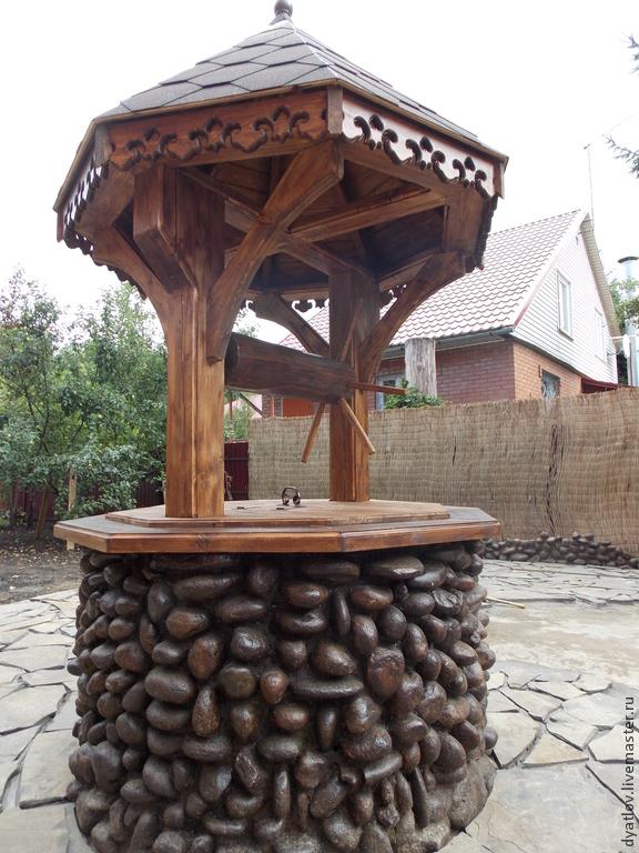 отличное решение оформления декоративного колодца природным камней или крупной галькой