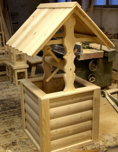 вот так выглядит готовый деревянный декоративный колодец