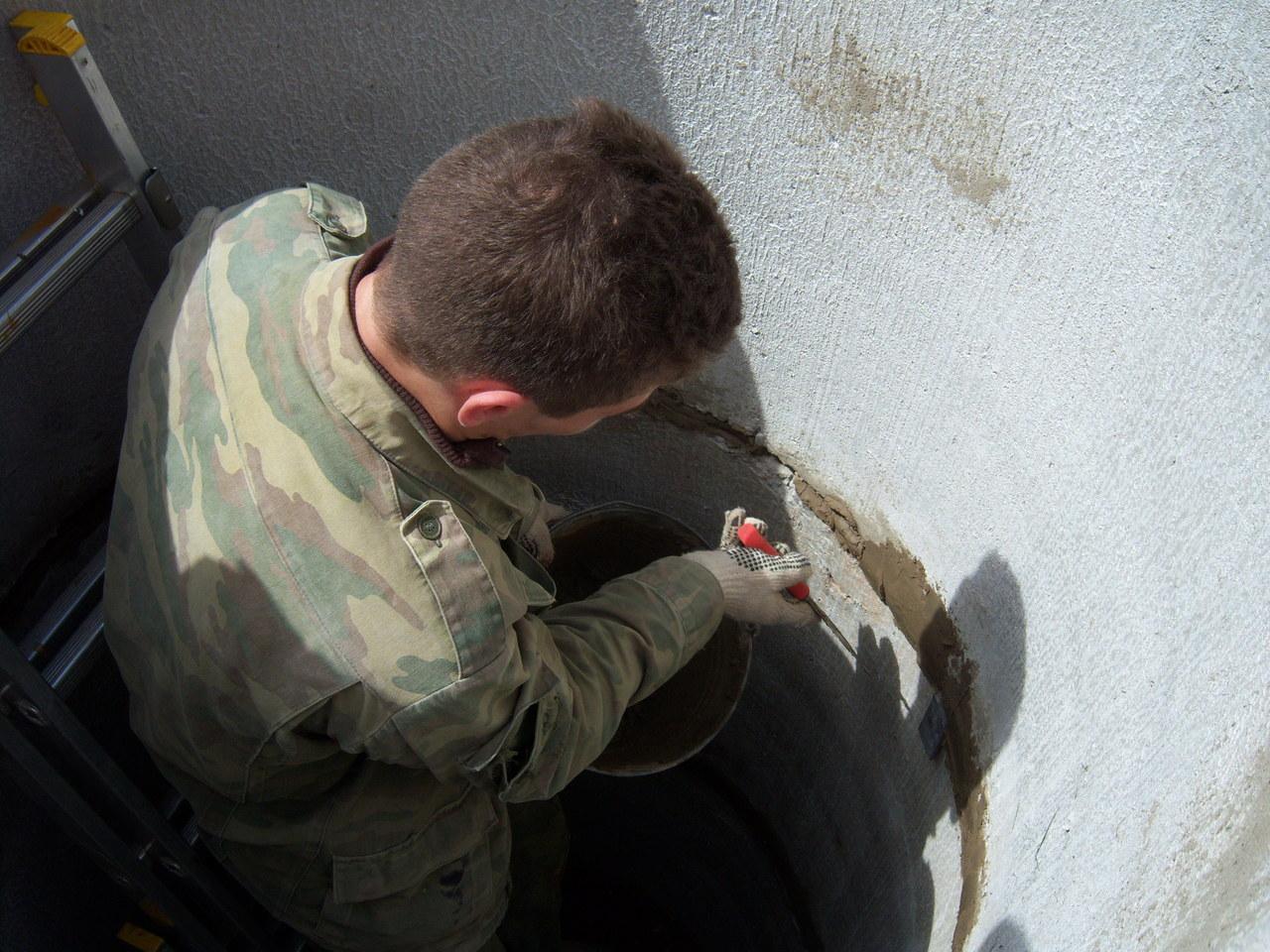 финальная замазка швов между бетонными кольцами