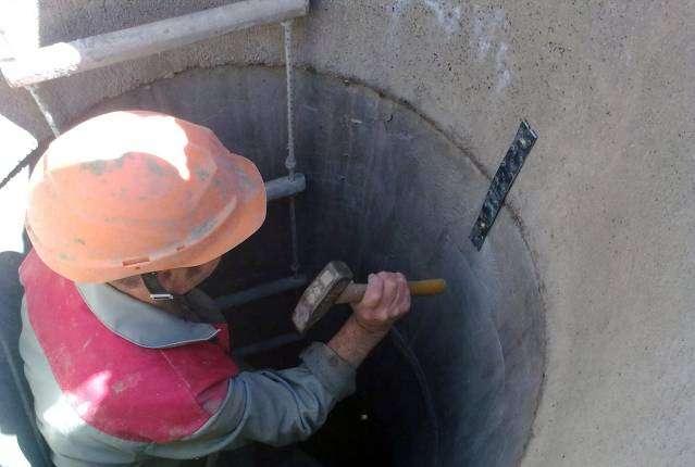 закрепление бетонных колец посредством скоб и железных полос