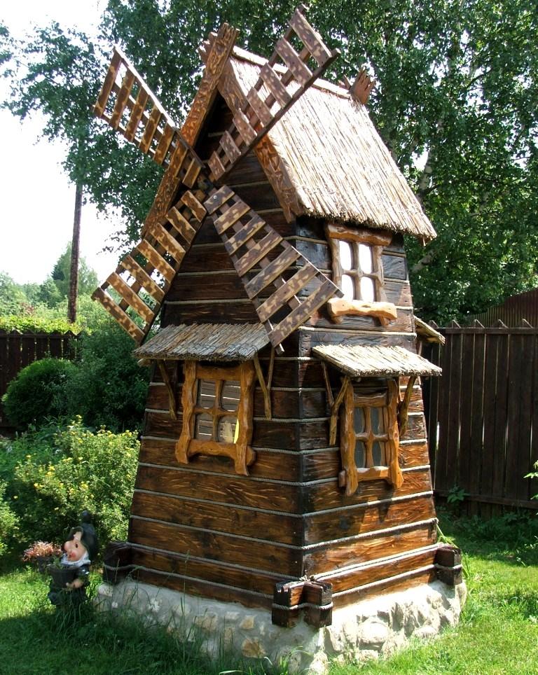 это не просто колодец с мельницей а своего рода маленький домик для детей