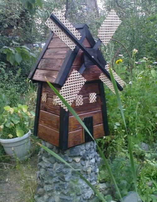 декоративный колодец из природного камня с башней мельницы