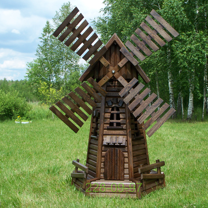среднего размера колодец выполненный из сосновой древесины