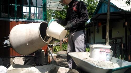 готовим раствор и гран отсева, цемента и воды