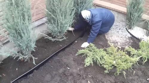 установка пластикового бордюра Кантри для сада