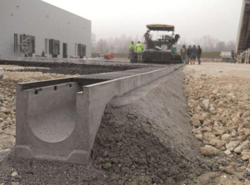 фото дорожного бетонного водоотводного лотка